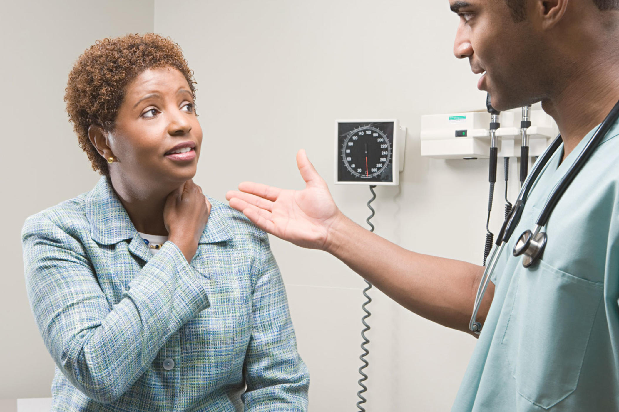 A female patient meets with her medical doctor.